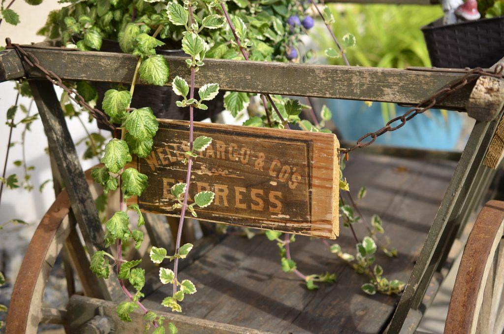 der alte Leiterwagen mit einem Holzschild in transferprint