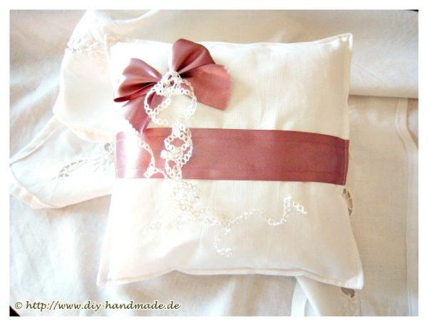 Ringkissen von KreativeKissenwelt, weiß, Schleife, Band, weiße Decke,